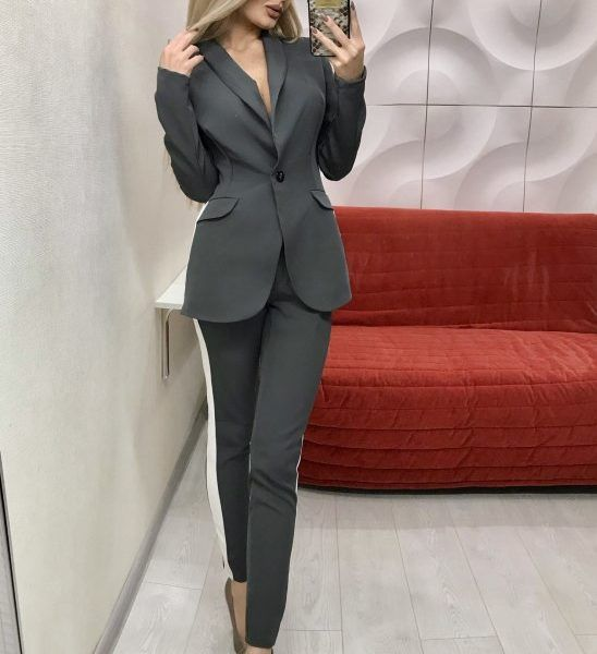 серый костюм с лампасами