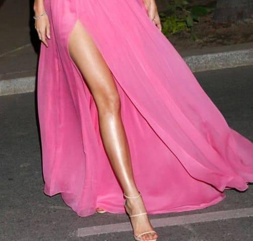 девушка в розовом платье и босоножках