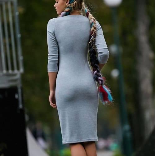 девушка в трикотажном платье с облегающей фигурой