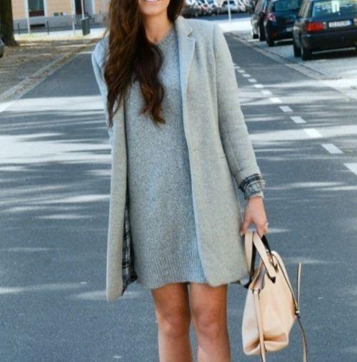 девушка в сером пальто и сумкой в руке
