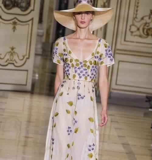 женщина в дамской шляпке