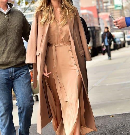 женщина в бежевом пальто и платье