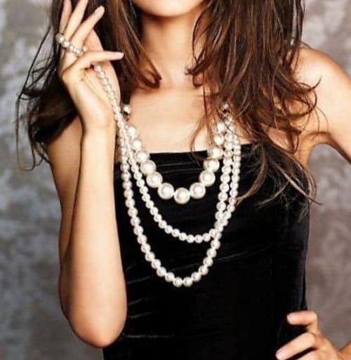 девушка в ожерелье из жемчуга