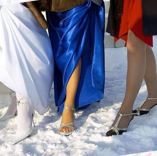 три девушки в туфлях