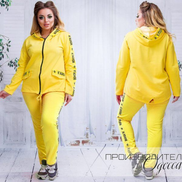 Желтый спортивный костюм