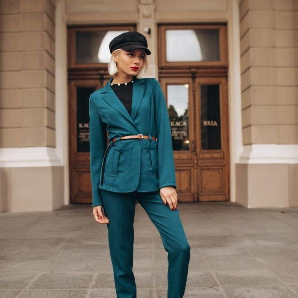 зеленые брюки с пиджаком