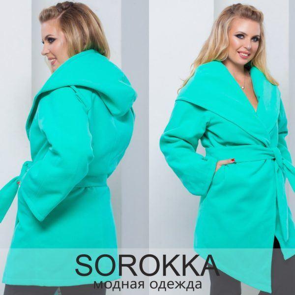 Женское пальто с запахом и капюшоном.