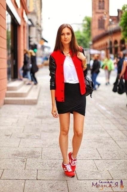 девушка в красных кроссовках и черной юбке