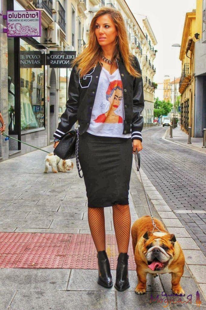девушка в юбке с собакой