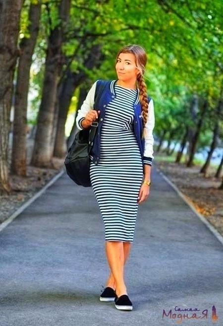 облегающее платье в полоску на девушке