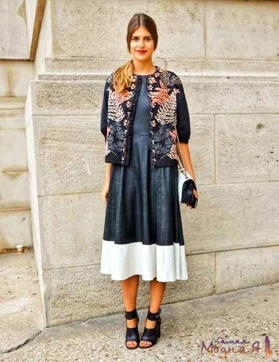скромная девушка в модной одежде