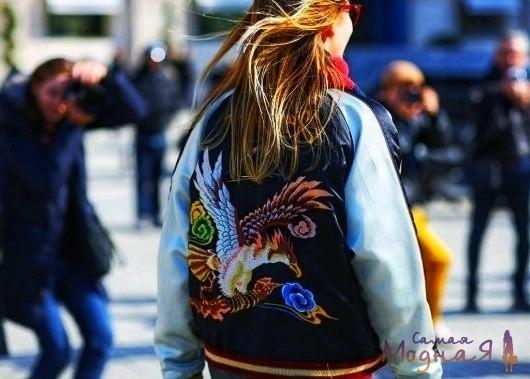 вышивка птица на женской куртке