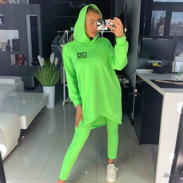 ярко зеленый костюм