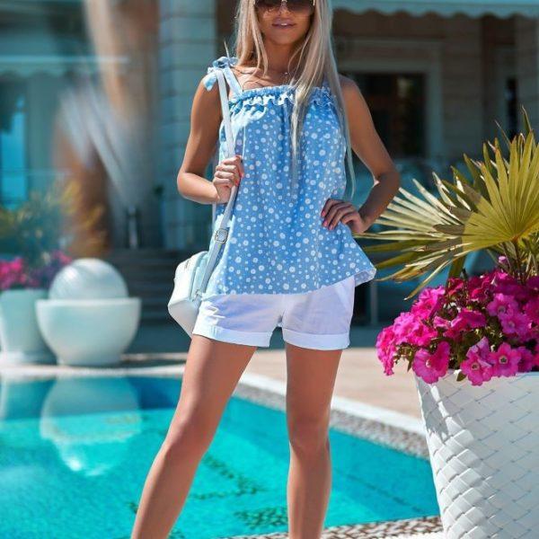 белые шорты с голубой туникой