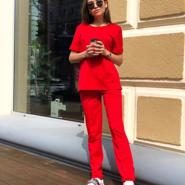 красный костюм с прямыми брюками