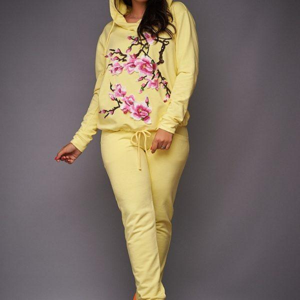 желтый женский костюм