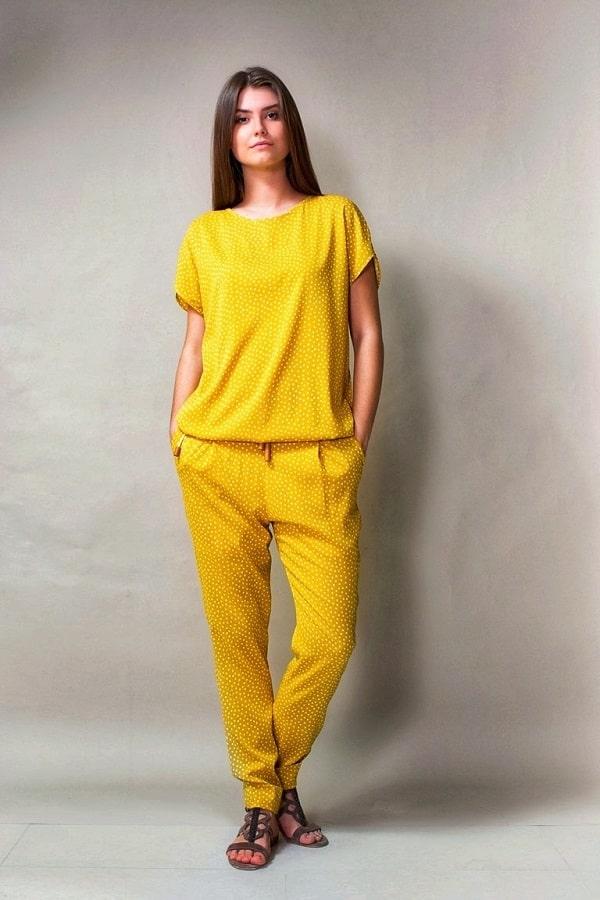 девушка в желтой пижаме