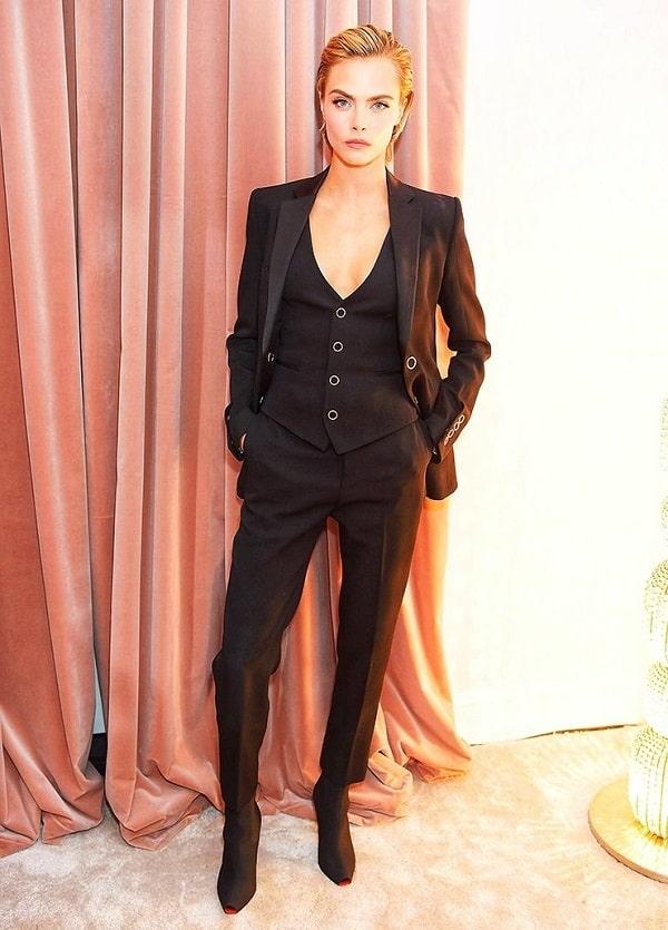 женщина в строго черном пиджаке и брюках
