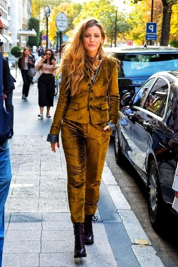 дама в костюме цвета золото