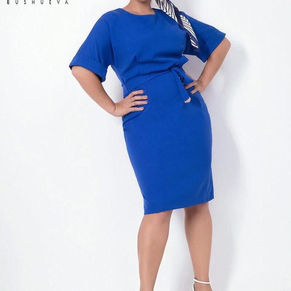 Силуэтное женское платье с разрезом