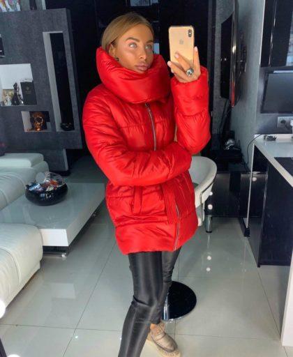 красная теплая куртка